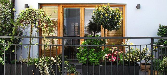 Aluminium oder Holz – welches Material erfüllt deinen Traum vom Balkon?